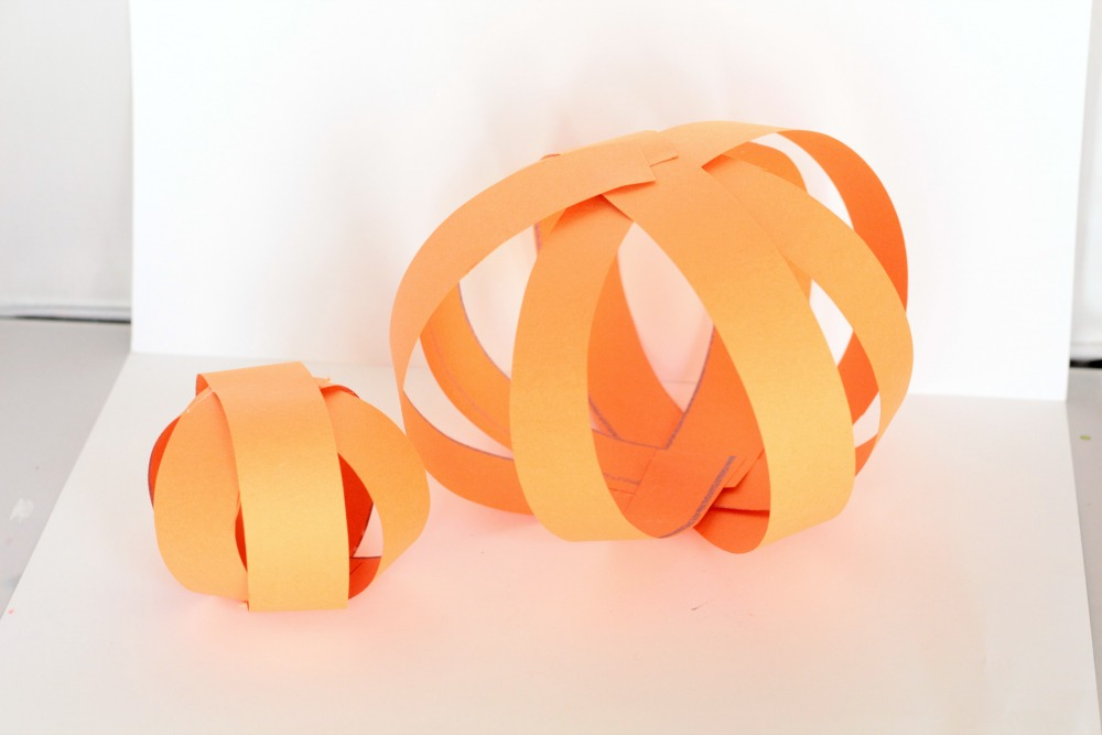 I love bringing my love of all things pumpkin to the classroom. There are tons of pumpkin crafts, but some are too complicated and some get a little old. This paper strip pumpkin craft, however, is different. It's easy enough for kids to do mainly on their own, uses just a few supplies, and is totally classroom-friendly.
