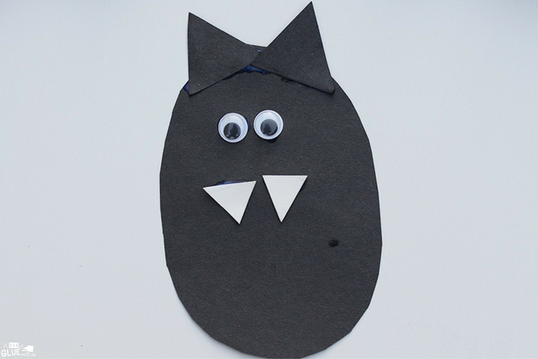 Today we're sharing a super cute paper plate bat craft! This is a sun and simple craft to do with  preschool, kindergarten, or elementary students to go along with bat books or to decorate the home or classroom for Halloween. These bats are adorable with their pointy teeth, and aren't too scary!