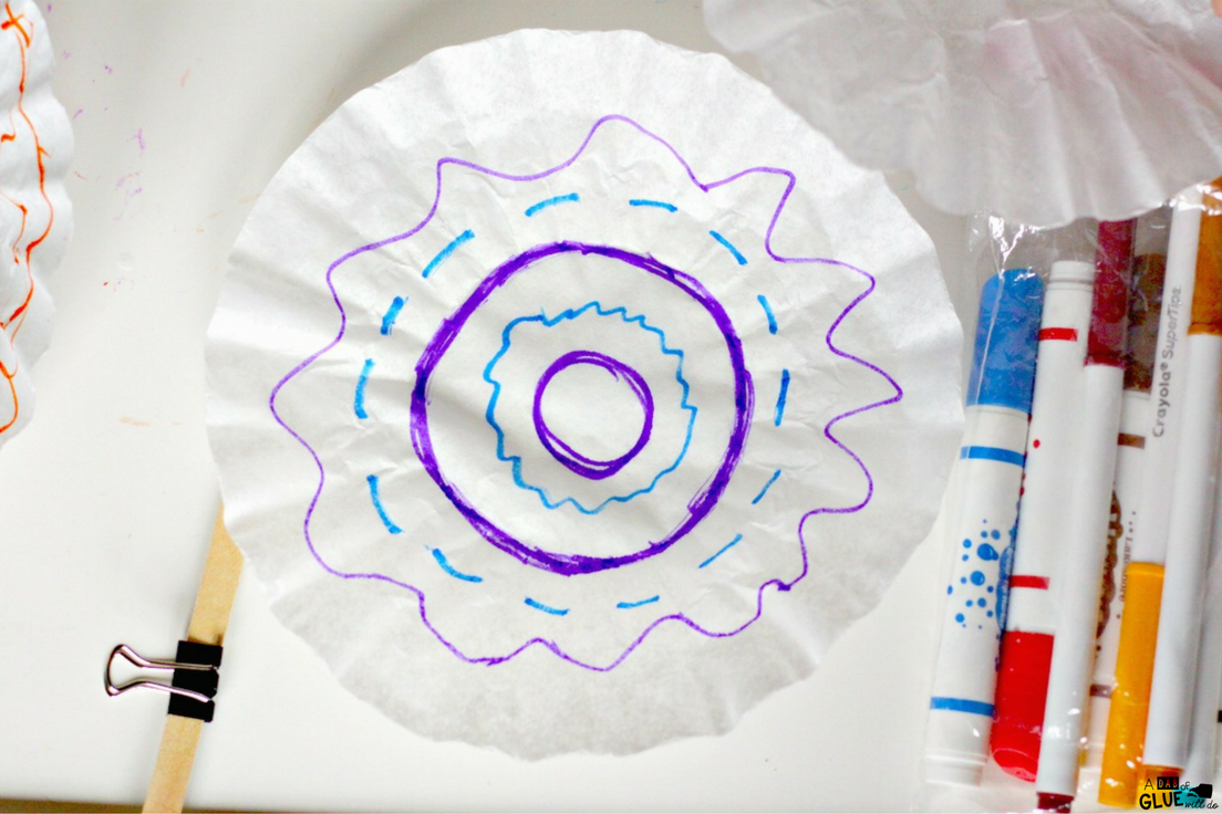 Create this 5 minute craft with this kid made chromatography! This is a simple science experiment for your STEM classroom that includes an easy art lesson.