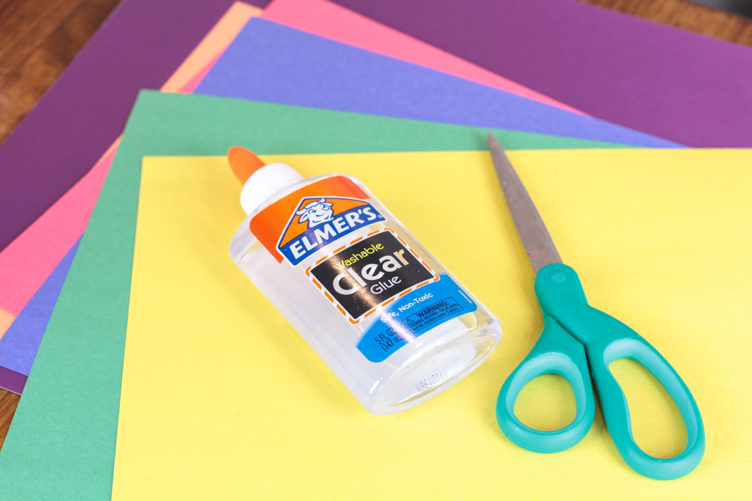 This fun craft helps studnets learn more about colors too! Add this to your other rainbow crafts to learn all about circles and practice scissor skills.