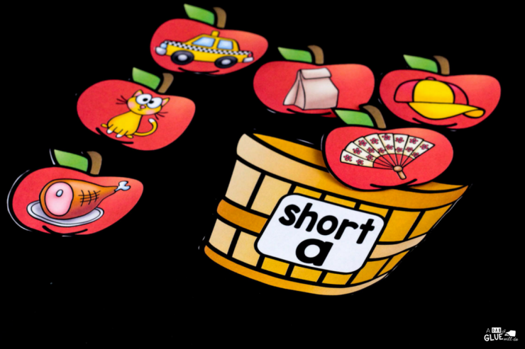 Your students are going to LOVE using this apple middle sound match up in your early literacy center! Perfect for learning or reviewing short and long vowel sounds.