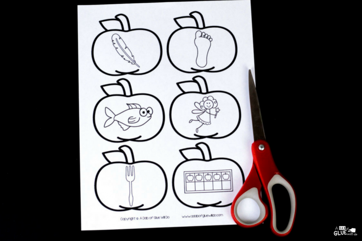 Your students will LOVE using this apple middle sound match up. The perfect addition to your early literacy center for learning or reviewing long and short vowel sounds.
